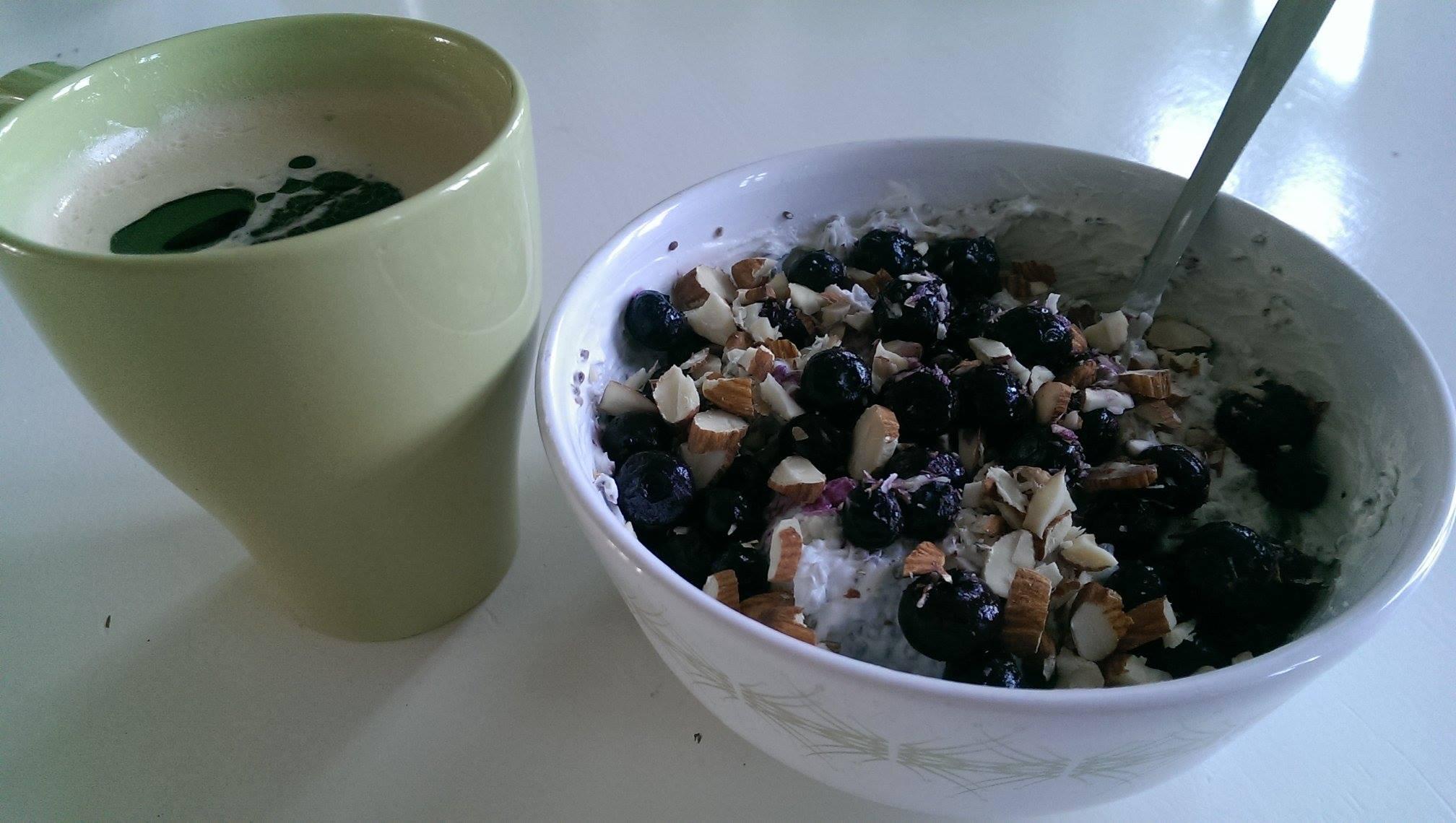 Chiagrød og kaffe med kokosolie er et godt og mættende morgenmåltid.