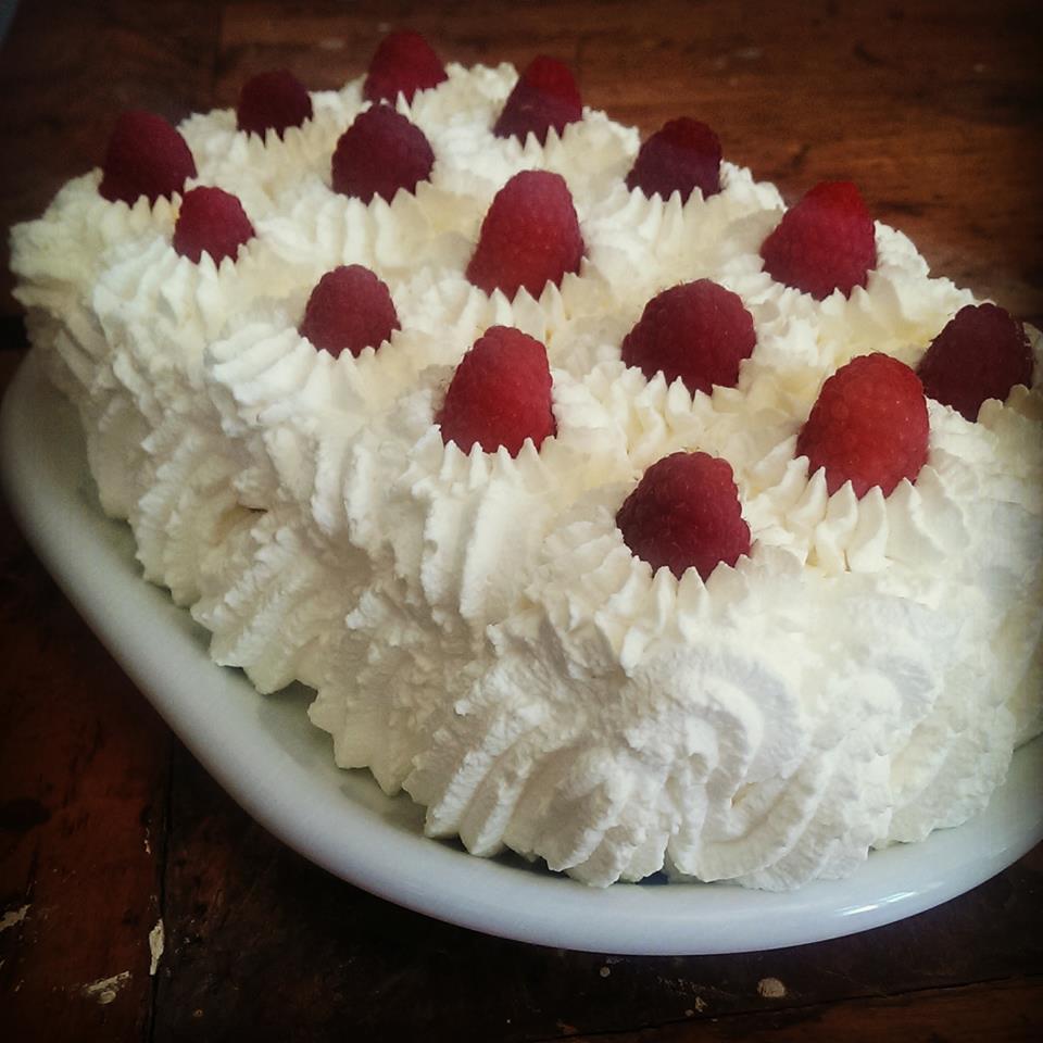 Lækker sommerlagkage med friske hindbær.